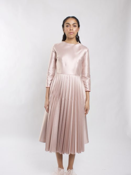 Robe mi-longue à manches 3/4 This is a 3/4 sleeve dress with a high neckline